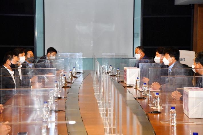 박태완 중구청장이 24일 서울 성동구 이마트 본사에서 신세계그룹 관계자들에게 주민들의 요구를 전달하고 있다. 중구청 제공