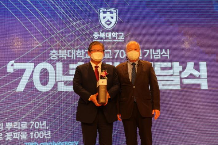 충북대, 개교 70주년 기념식…타임캡슐 매설, 시비석 제막