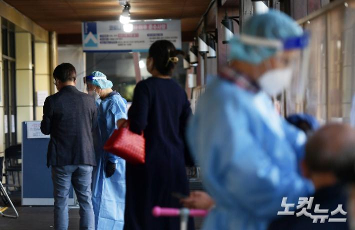 코로나19 선별진료소에 시민들이 코로나19 검사를 받기 위해 줄 서 있다. 이한형 기자