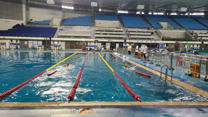 남해해경청 수상구조사 자격시험에서 응시생들이 수영 능력 평가를 받고 있는 모습. 남해해경청 제공