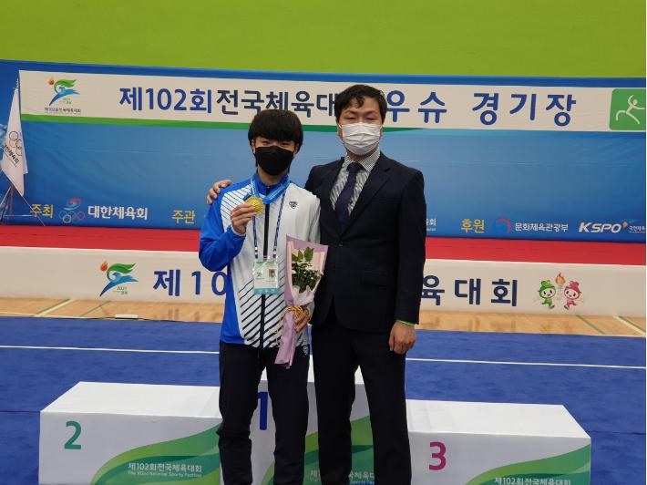 김현균 선수와 김부일 코치(왼쪽부터)/부산시교육청 제공