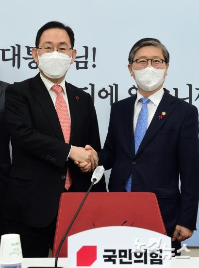 국민의힘 주호영 원내대표 찾은 변창흠 국토교통부 장관