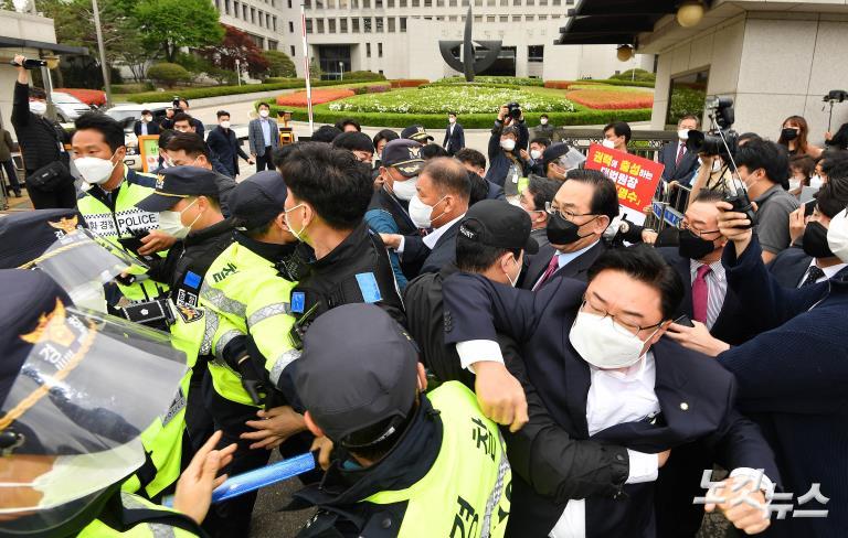 주호영, 김명수 대법원장 사퇴 촉구